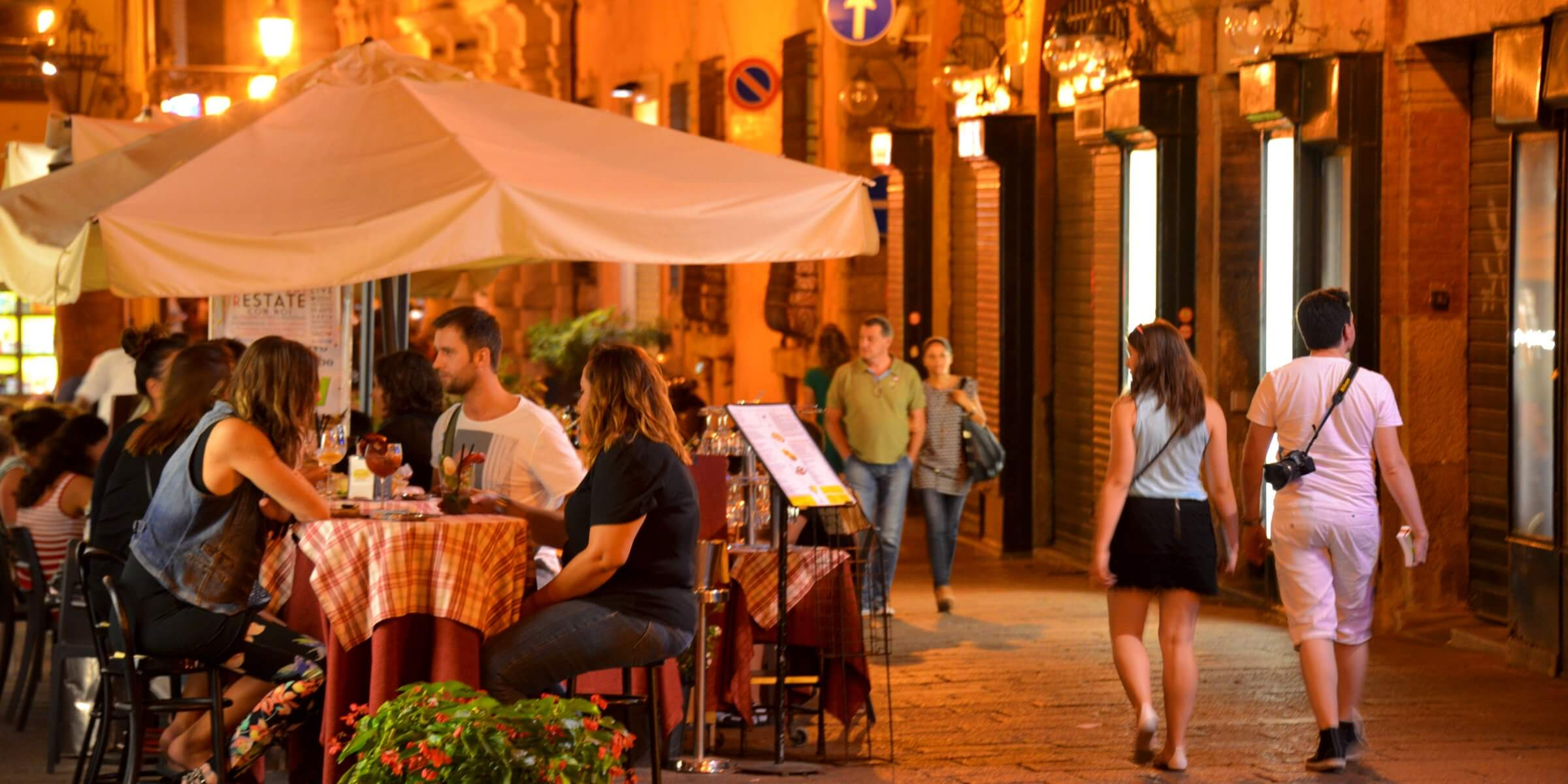 Bologna it is a vibrant university city, full of bars and cafes. At night it is always full of people and events