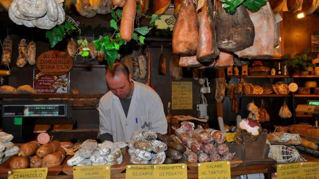During our Norcia vacation. We visit local butcher shops to discover the specialty cured meats of Umbria